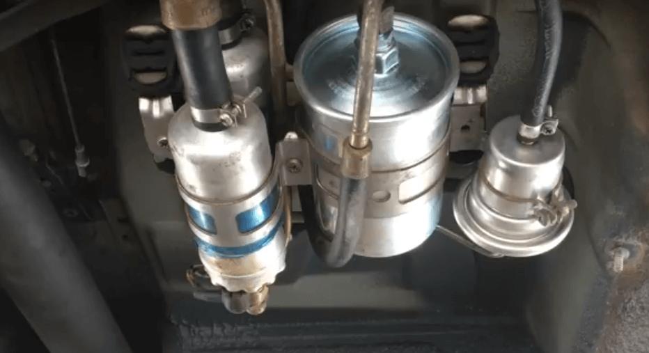 Gambar ini menunjukkan fuel Pump pada Mobil Mercedes-Benz W124