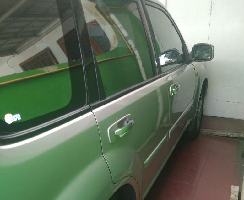 Gambar yang menunjukan bagian samping dan pintu dari Nissan X-Trail T30