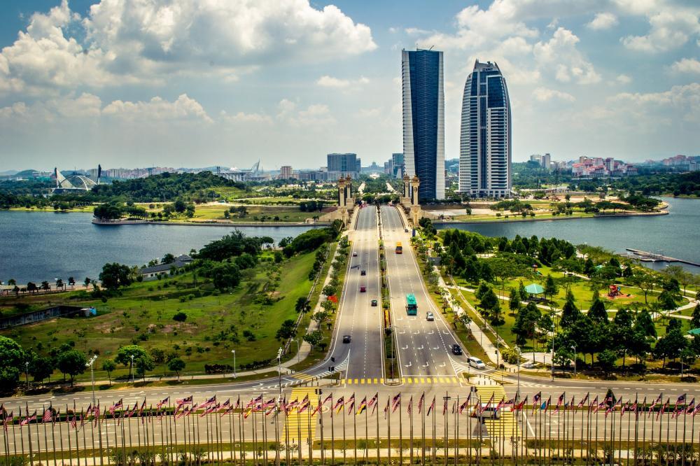 Gambar yang menunjukan jalan yang berada pada kawasan Putrajaya di Malaysia