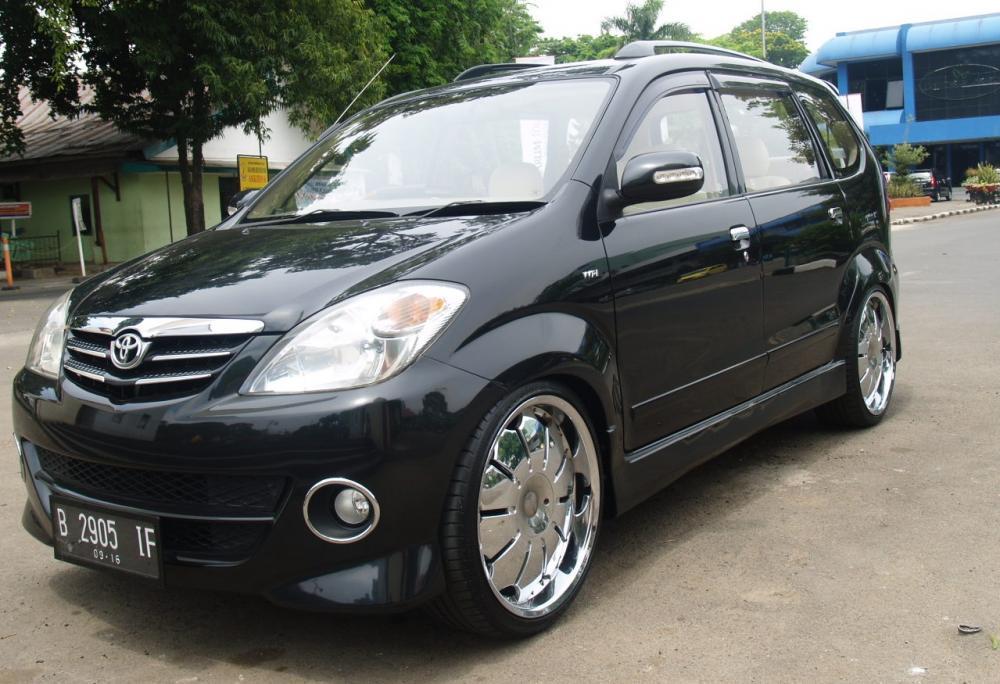 Gambar yang menunjukan mobil bekas berwarna hitam Toyota Avanza