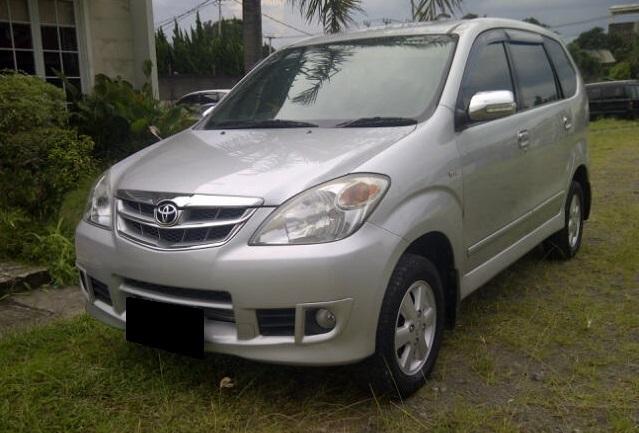 Gambar yang menunjukan mobil bekas Toyota Avanza berwarna putih