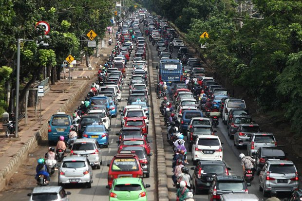 Gambar yang menunjukan lalu lintas pada jalanan di Jakarta