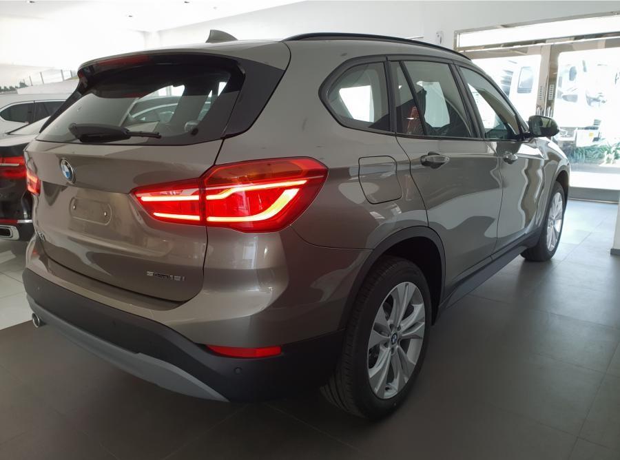 Gambar BMW X1 tampak dari belakang