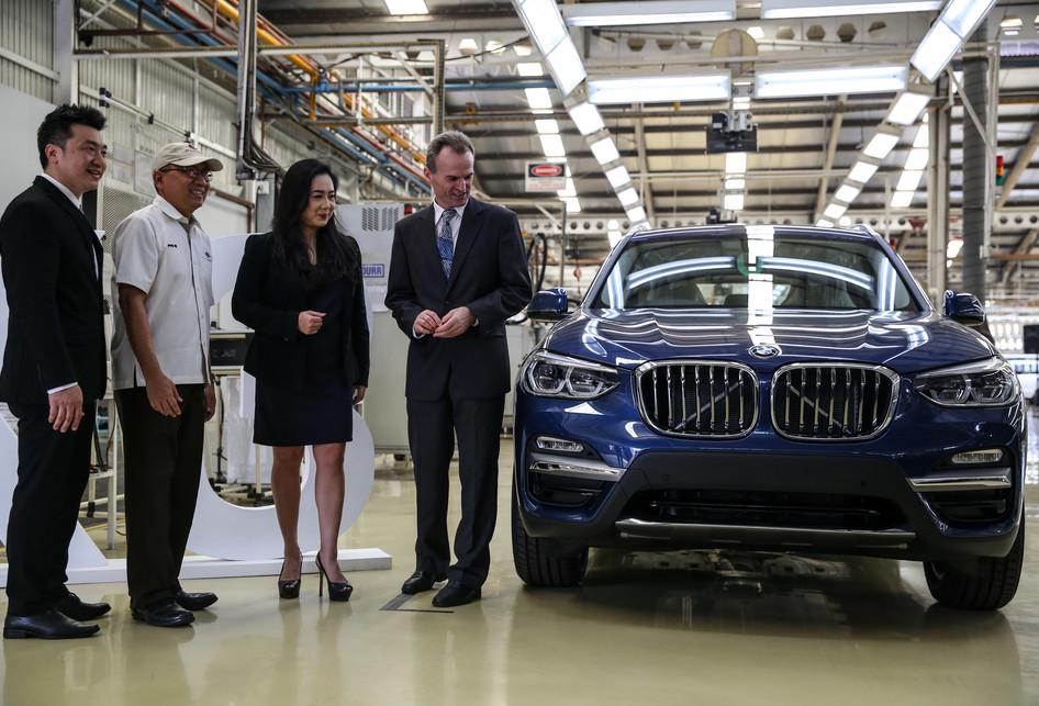 Para petinggi BMW berpose di pabrik BMW Sunter
