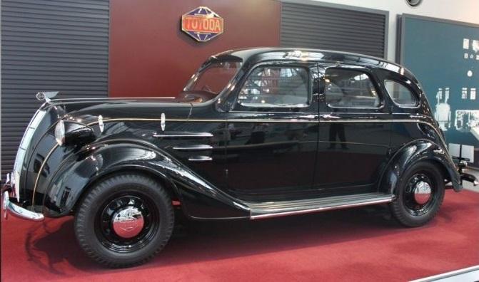 Gambar yang menunjukan replika mobil bersejarah Toyoda AA