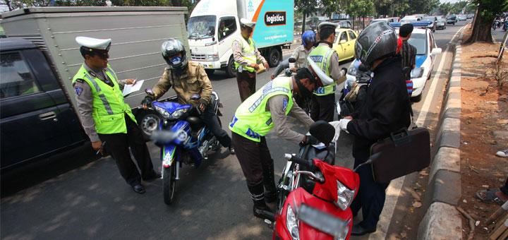 Gambar yang menunjukan beberapa orang yang mendapatkan surat tilang dari polisi