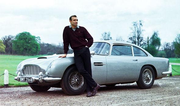 Gambar yang menunjukan Sean Connery bersama Aston Martin DB5