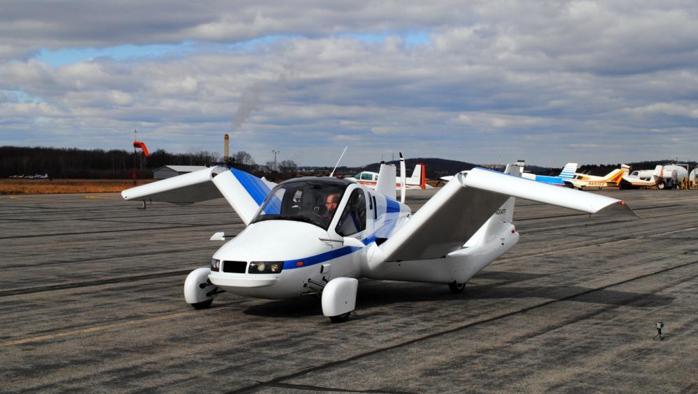 Gambar yang menunjukan mobil terbang dari Terrafugia Transition yang mengembangkan sayapnya