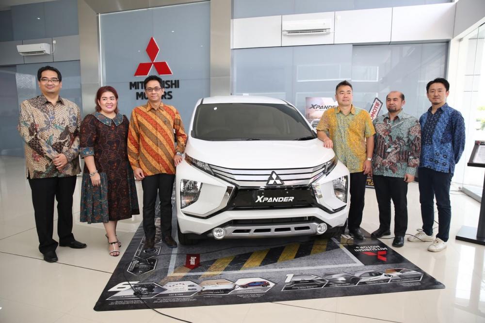 Para petinggi MMKSI dan Suka Fajar Group berpose bersama Mitsubishi Xpander