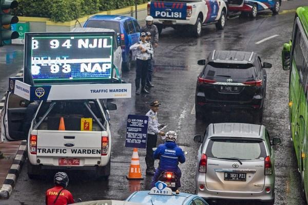 Gambar yang menunjukan jalan yang terkenda dampak kebijakan ganjil genap di Jakarta