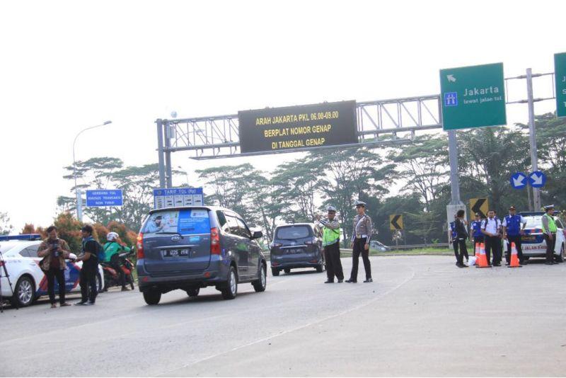 Gambar yang menunjukan polisi yang sedang mengatur lalu lintas