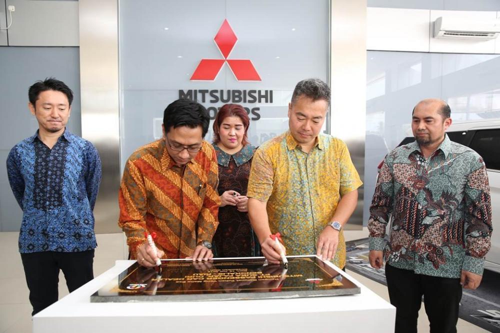 Gambar penandatanganan prasasti dealer Mitsubishi Suka Fajar