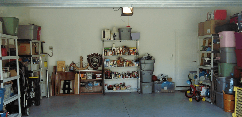 Gambar ini menunjukkan banyak barang yang tertata rapi di garasi mobil