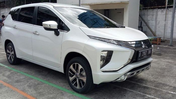 Gambar yang menunjukan mobil baru Mitsubishi Xpander berwarna putih