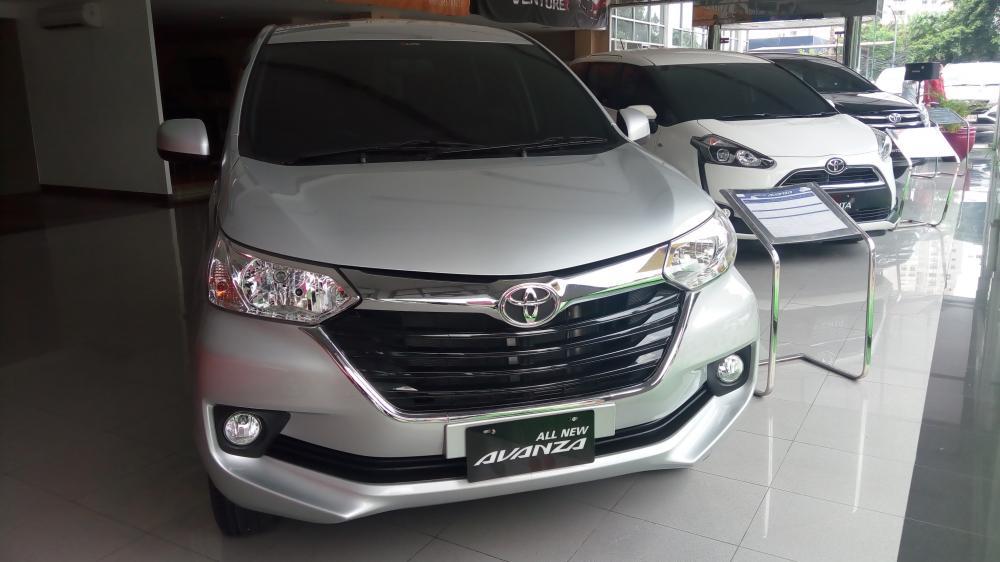 Gambar yang menunjukan mobil baru Toyota Avanza berwarna putih