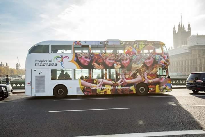 Gambar yang menunjukan bus bergambar destinasi Indonesia di London