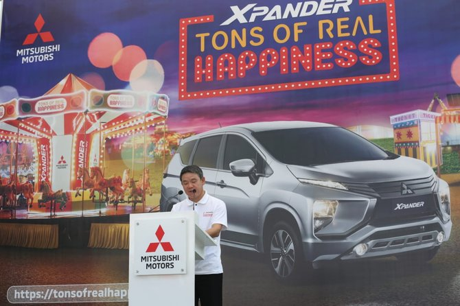 Gambar yang menunjukan Kyoya Kondo dalam pembukaan Xpander Tons of Real Happiness
