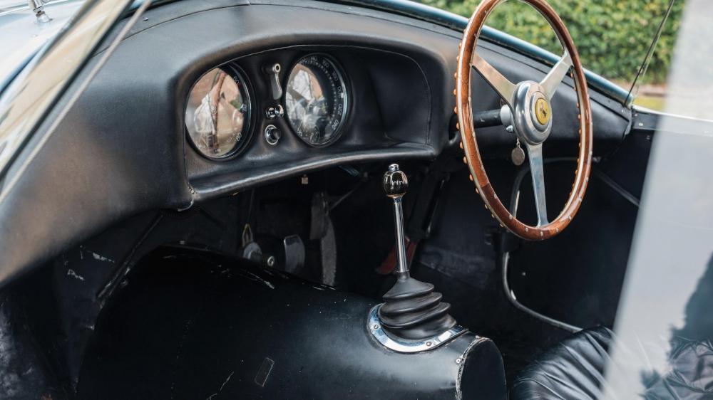 Gambar yang menunjukan bagian dalam mobil lawas Ferrari Uovo