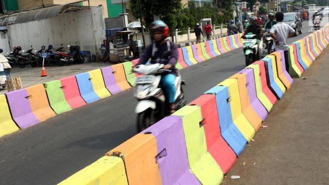 Gambar yang menunjukan marka jalan berwarna warni di Indonesia
