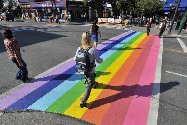 Gambar yang menunjukan marka jalan berwarna warni yang ada di Amerika