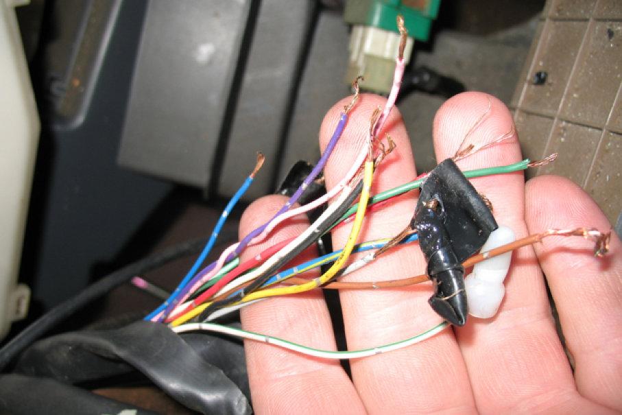 Gambar yang menunjukan kabel-kabel dan sistem kelistrikan pada mobil