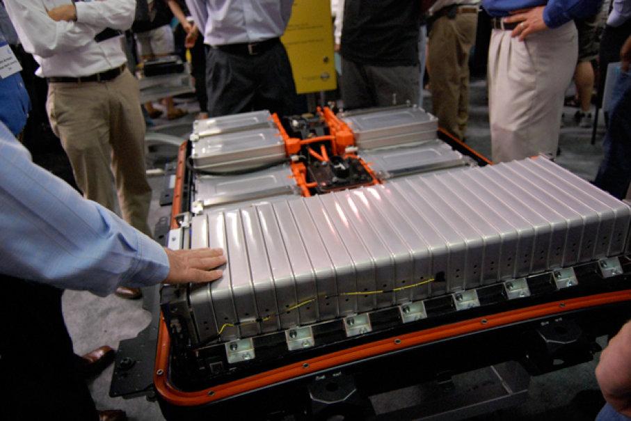 Gambar yang menunjukan baterai listrik yang sedang dipamerkan