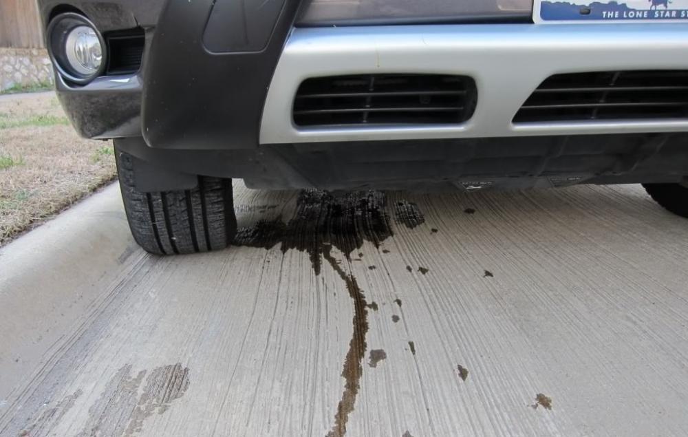 Gambar yang menunjukan mobil yang memiliki kebocoran oli