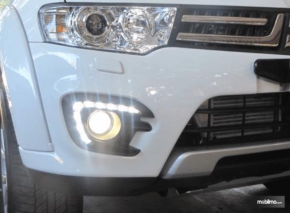Gambar ini menunjukkan lampu utama pada Mobil warns putih dan lampu Fog Lamp yang menyala