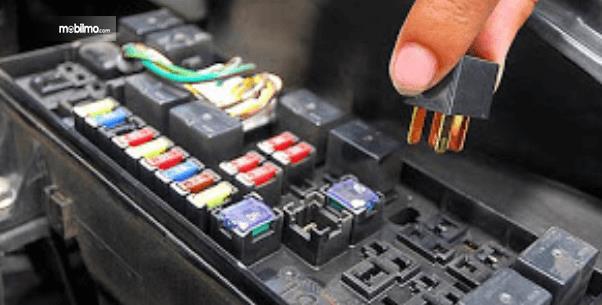 Gambar ini menunjukkan kotak sekering pada Mobil dan terdapat beberapa fuse di dalamnya