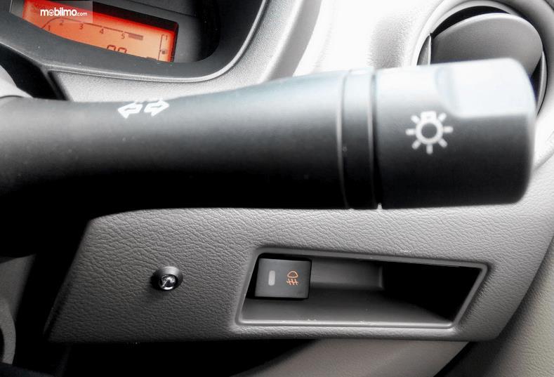 Gambar ini menunjukkan switch pada mobil yang biasanya terletak pada kemudi