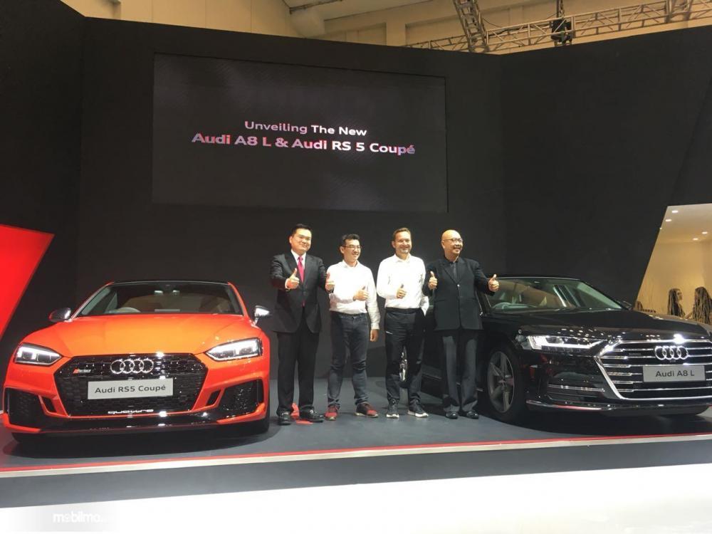 empat orang sedang memfoto dengan dua mobil Audi terbaru di pameran GIIAS 2018