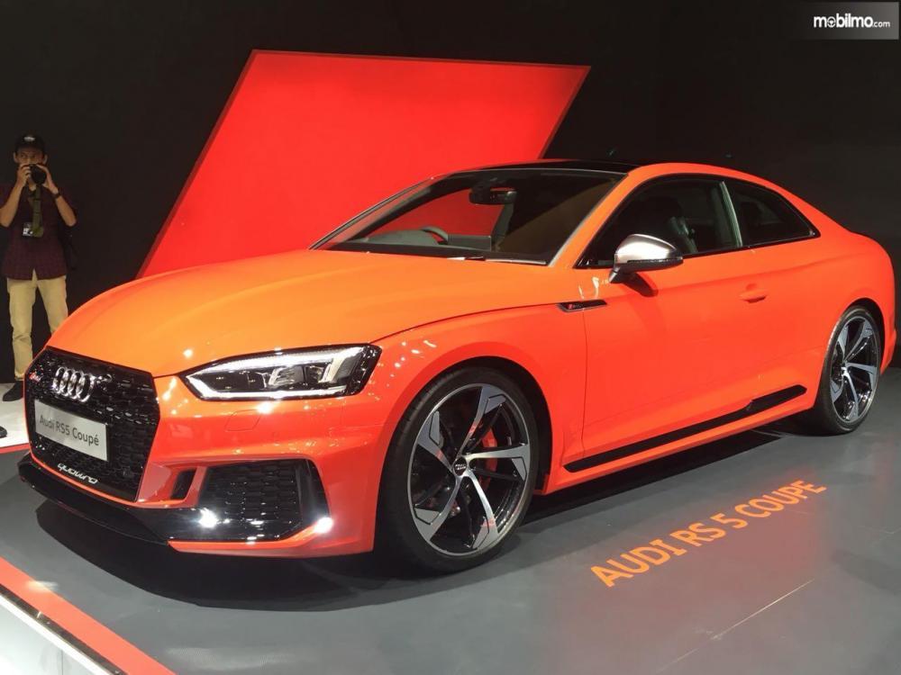 gambar menunjukan sebuah mobil Audi RS 5 coupe berwarna orange di boothnya GIIAS 2018