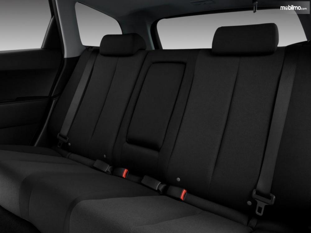 kursi baris kedua Mazda CX-7 2009 yang muat untuk 3 orang penumpang
