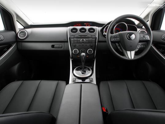 dashboard dan setir Mazda CX-7 2009 dengan desain warna hitam dan garnis beraksen krom