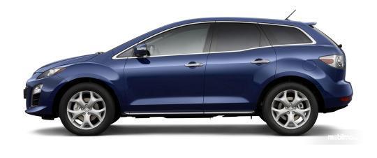 bagian samping Mazda CX-7 2009 dengan fender menonjol dan balutan aksen krom di gagang pintu dan sisi jendela