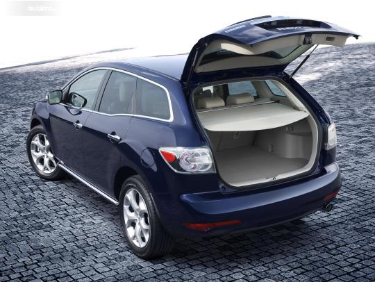 bagasi Mazda CX-7 2009 yang berukuran cukup luas untuk menampung barang berukuran besar
