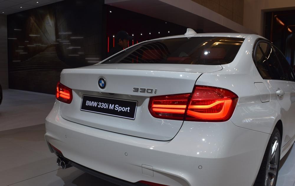 Gambar yang menunjukan bagian belakang dari BMW 330i M Sport