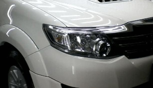 Gambar ini menunjukkan lampu utama Mobil sebelah kanan pada Mobil warna putih
