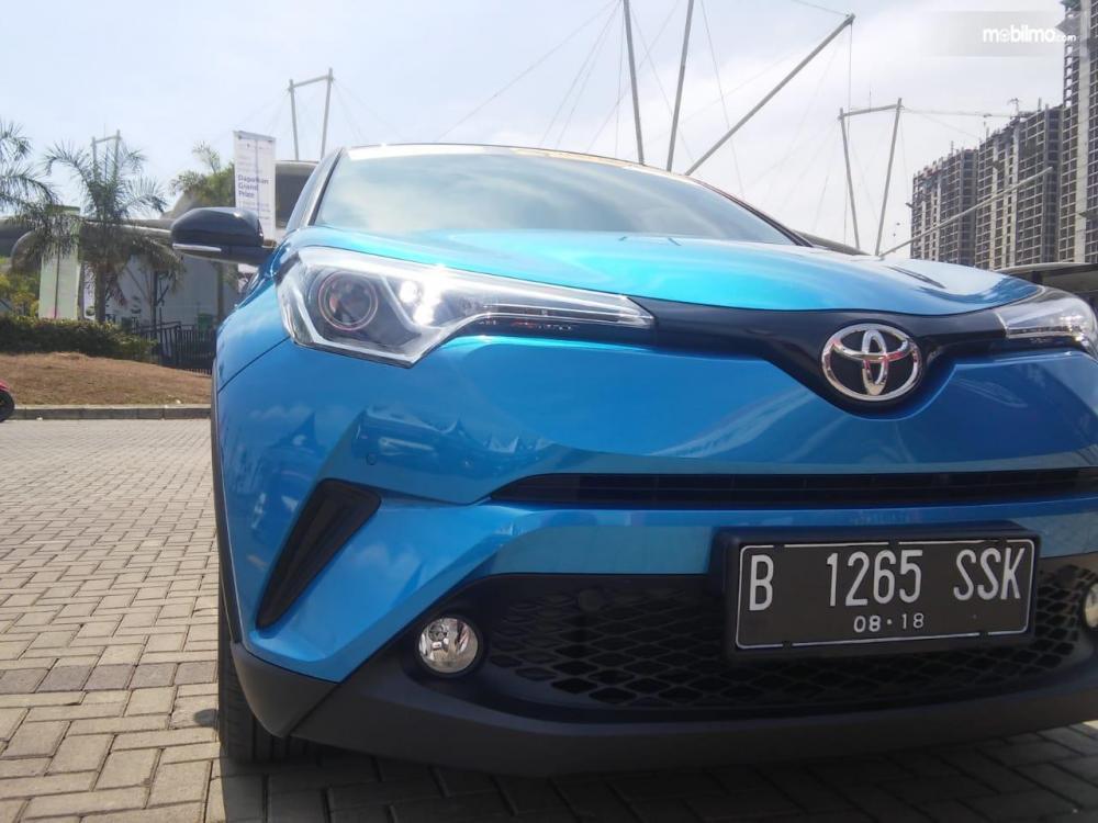 bagian depan Toyota C-HR 2018 dengan lampu depan berproyektor bi-beam dan lubang udara besar