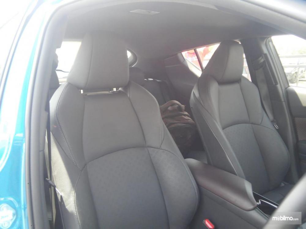 kursi baris depan Toyota C-HR 2018 dengan desain semi-bucket seat dan dilapisi dengan fabric