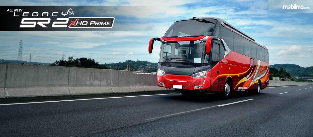 Bus All New Legacy SR2 XHD tampak depan melaju di jalan raya