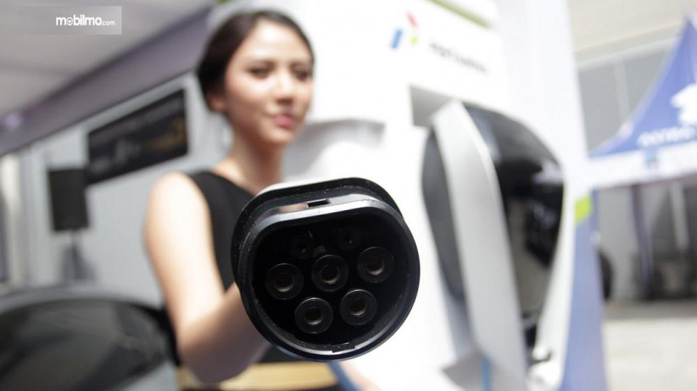 SPG tunjukkan kabel dispenser pengisian mobil listrik