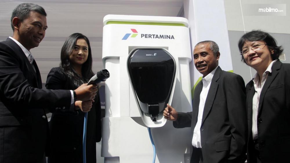 Petinggi pertamina dan BMW berpose bersama dispenser pengisian mobil listrik