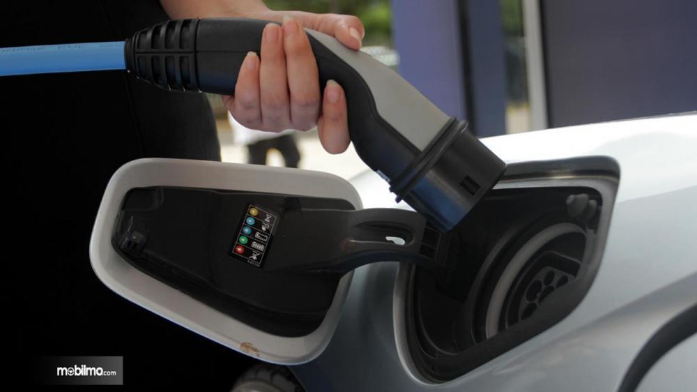 proses pengisian listrik ke mobil listrik