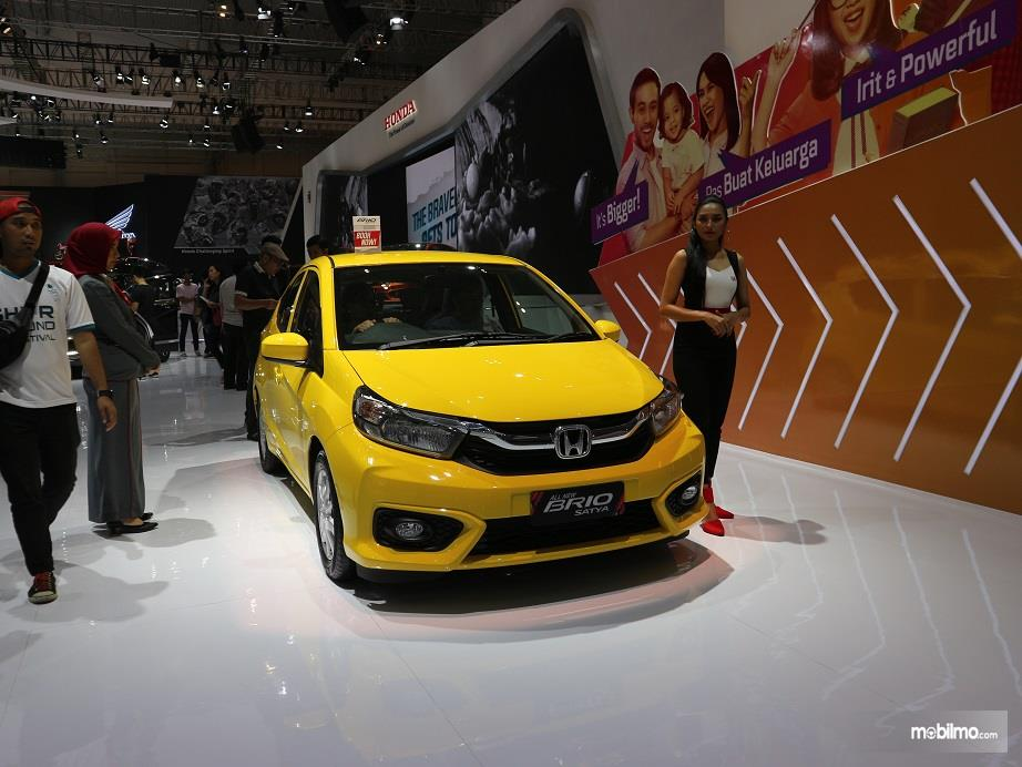 Gambar yang menunjukan mobil baru Honda Brio Satya pada GIIAS 2018