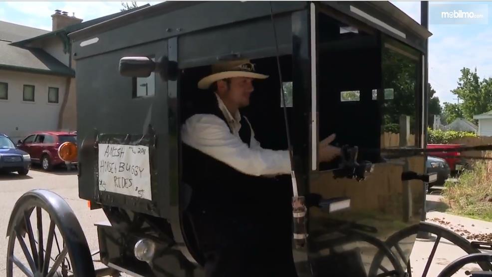 Gambar yang menunjukan kereta kuda Amish Uber yang dikendalikan oleh Timothy Hochstedler