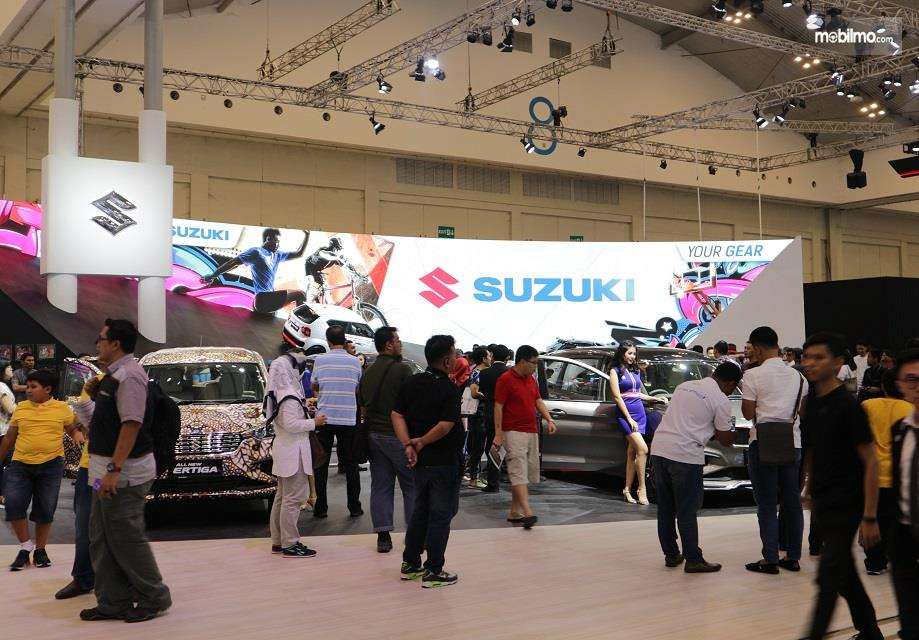 Gambar yang menunjukan booth Suzuki beserta Suzuki Ertiga pada GIIAS 2018