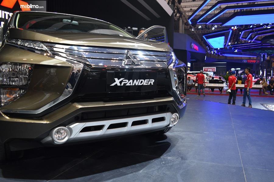 Gambar yang menunjukan bagian depan dari mobil baru Mitsubishi Xpander di GIIAS 2018