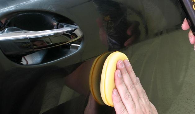 Gambar ini menunjukkan shoft buff yang sedang ditempelkan pada bodi mobil menggunakan tangan