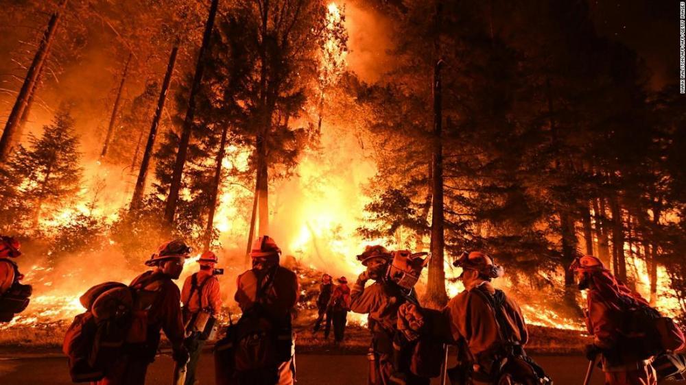 Gambar yang menunjukan kebakaran hutan Carr Fire yang terjadi di California